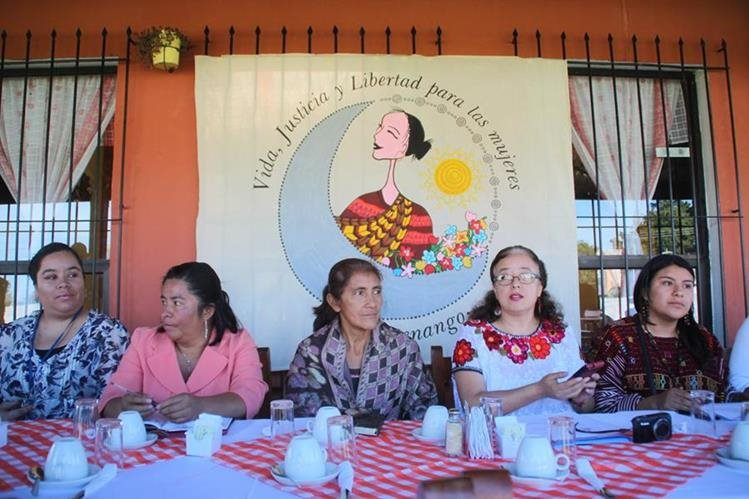 Representantes del movimiento informan sobre la campaña para hacer conciencia. (Foto Prensa Libre: Mike Castillo)