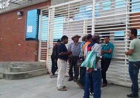 Familiares esperan frente al Inacif de San Benito, Petén, que les entreguen los cuepos de sus familiares. (Foto Prensa Libre: Rigoberto Escobar)