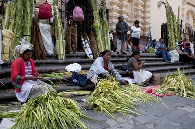 Mujeres campesinas fabrican ramos de palma para su venta .