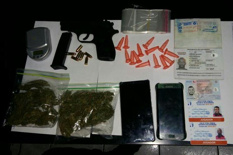 La Policía puso a disposición del juez la droga, el arma y la pesa que los jugadores transportaban en su vehículo. (Foto Prensa Libre: PNC)