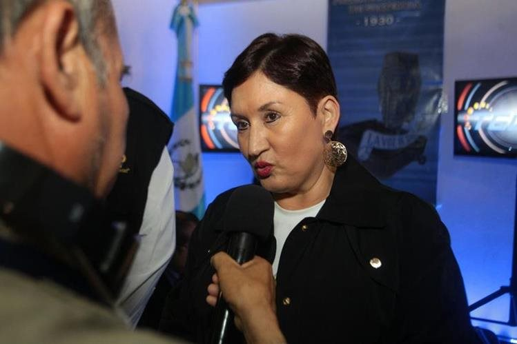 Fiscal General Thelma Aldana da declaracones en centro de cómputo. (Foto Prensa Libre: álvaro Interiano)