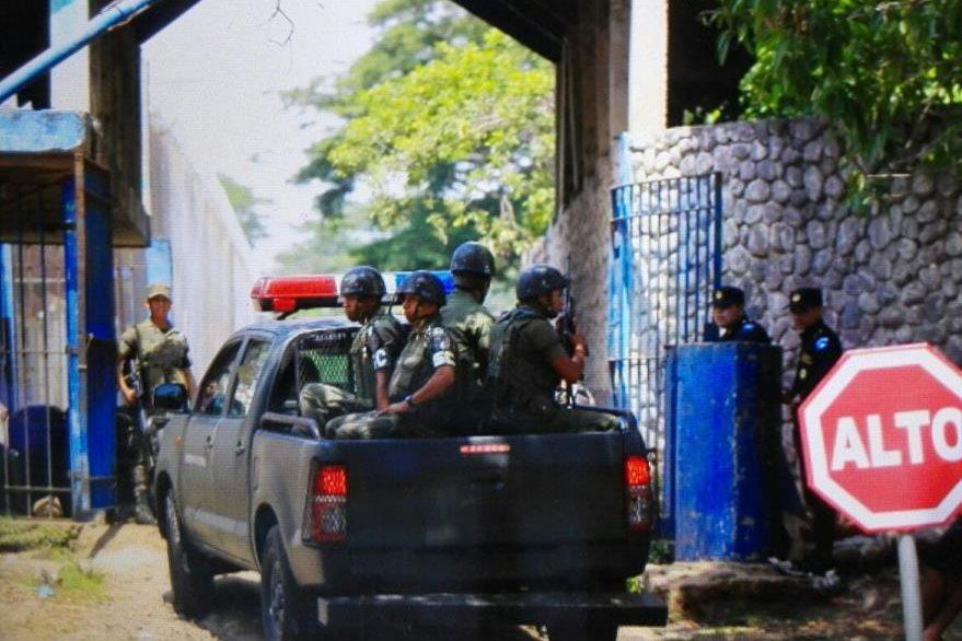Las fuerzas de seguridad efectúan operativos  en busca de los cinco reos fugados de la Granja Penal Canadá, Escuintla. (Foto Prensa Libre: Edwin Bercián)