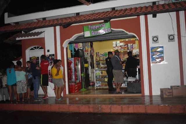Agentes de la PNC resguardan escena en el interior de la tienda en que fue ultimada la expolicía. (Foto Prensa Libre: Mario Morales)