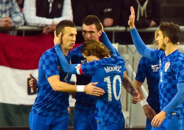Mandzukic es felicitado por sus compañeros entre ellos Modric. (Foto Prensa Libre: AFP).