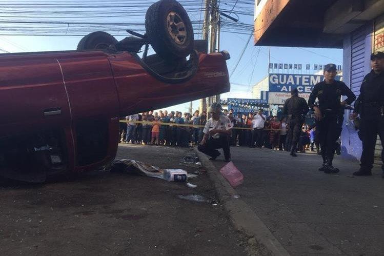 El picop volcó luego de chocar contra otro vehículo en la zona 9. (Foto Prensa Libre: CVB)