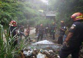 El cuerpo de José Ramón de León Navas fue localizado debajo del puente Las Charcas, en la zona 11. (Foto Prensa Libre: Edwin Bercián)