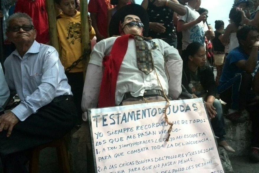 La quema de Judas en Castañas, zona 11, ya es una tradición. (Foto Prensa Libre: Estuardo Paredes)
