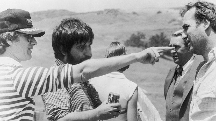 "Steven Spielberg (izq.) con Tobe Hooper (centro), en el set de ""Poltergeist"". (GETTY IMAGES)."