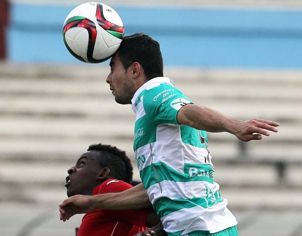El jugador cubano Maykel Reyes (i) disputa el balón con César Ibáñez (d), del Santos Laguna. (Foto Prensa Libre: AFP)