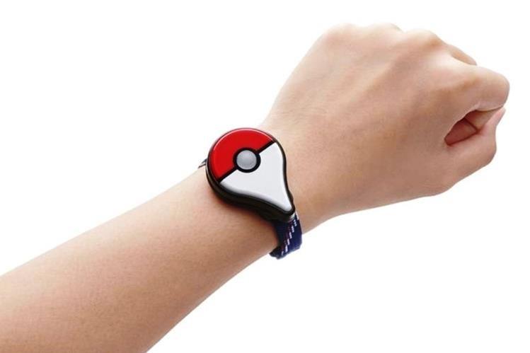 Pokémon GO Plus es un utensilio similar a un reloj que puede llevarse en la muñeca, sujeto con un clip o en un bolsillo y que se conecta con el juego. (Foto Prensa Libre: Tomada de www.nintendo.com)