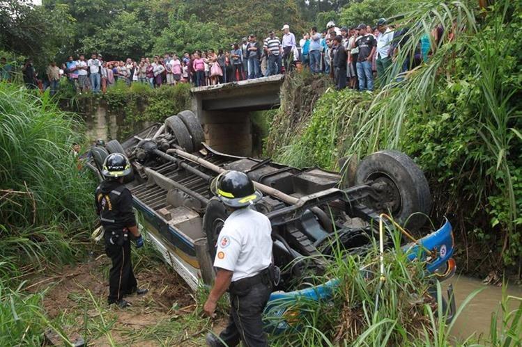 Unidad de Transportes La Incondicional cayó a un barranco, en el camino de San Pedro Ayampuc a la capital. (Foto Prensa Libre: Estuardo Paredes)