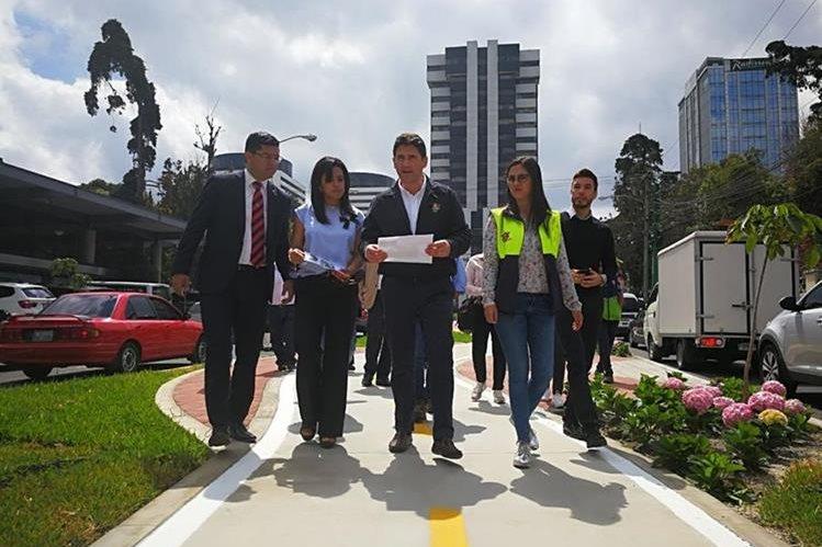 Ricardo Quiñónez Lemus, alcalde de la ciudad de Guatemala, junto personal de la comuna capitalina, durante su primer recorrido por la urbe como jefe edil. (Foto Prensa Libre: Edwin Pitán)