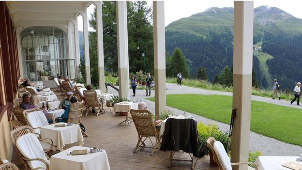 El histórico hotel Schatzalp está situado en un valle alpino, que presiden sobre verdes pastos. MIKE MACEACHERAN
