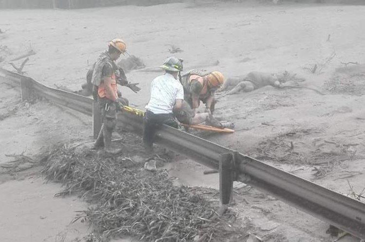 Personal de emergencia rescata a una persona después de la erupción del volcán de Fuego. (EFE).