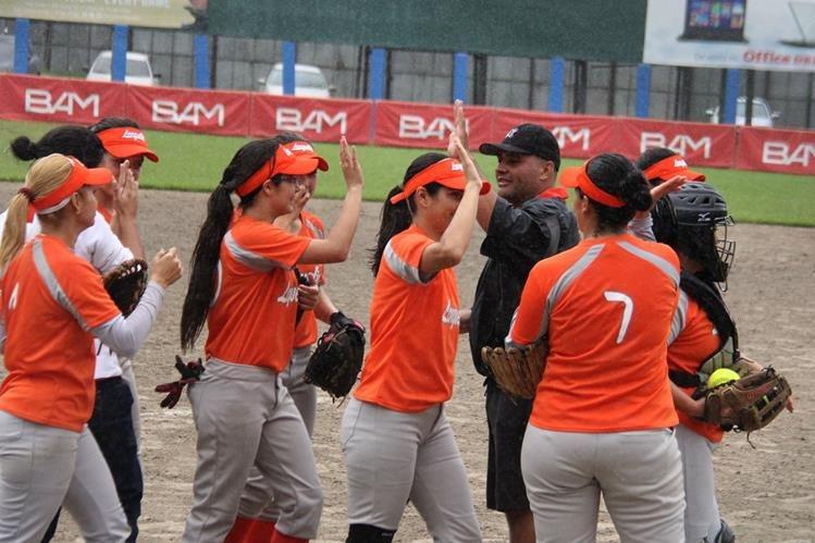 Las jugadoras de Lanquetín festejan el triunfo el triunfo frente a la novena universitaria. (Foto Prensa Libre: Cortesía Asosoft)