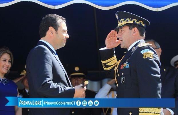 El Ejército reconoce a Jimmy Morales como comandante General, el ministro Mancilla, entregó el bastón militar. (Foto Prensa Libre: E. García)