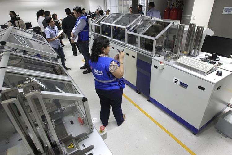 Easy Marketing entregó oficialmente las impresoras de DPI a Renap. (Foto Prensa Libre: Carlos Hernández)