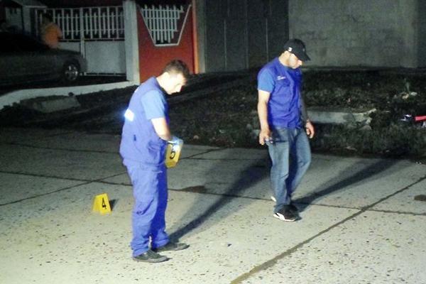 <p>Investigadores buscan evidencias en el lugar donde murió baleada Ismelda Fuentes, en Puerto Barrios. (Foto Prensa Libre: Edwin Perdomo) <br></p>
