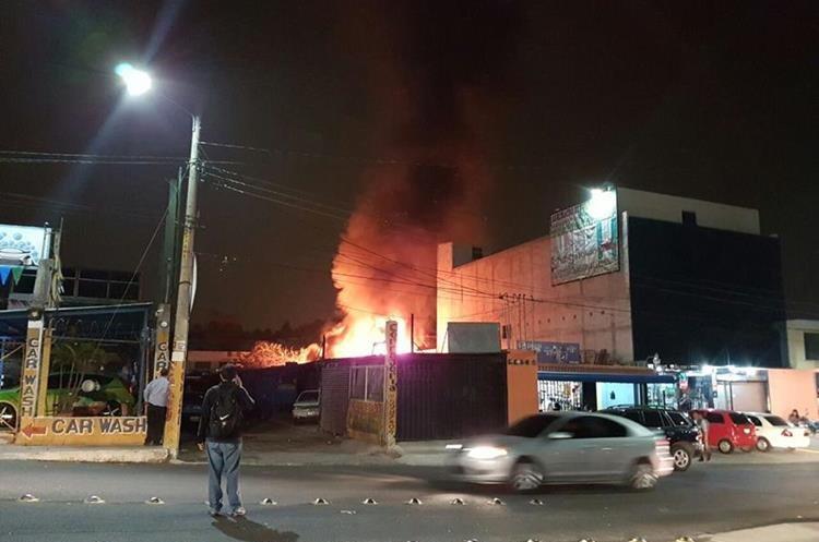 Vecinos se alarmaron por el incendio. Foto Prensa Libre: Walter Hermosilla.