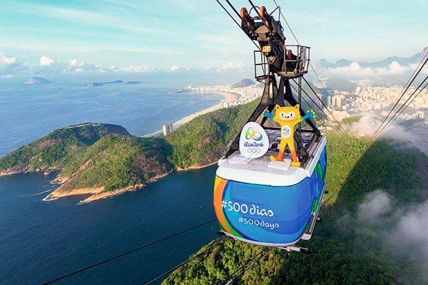 La mascota de los Juegos Olímpicos de Río 2016, Vinicius, emprende la cuenta regresiva para la cita. (Foto Prensa Libre: AFP)