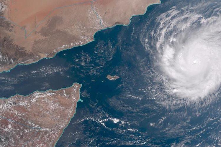 Imagen satelital muestra fuerza del ciclón <em>Chapala.</em> (Foto Prensa Libre: AP)