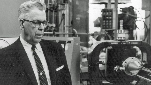 Percy Spencer inventó el microondas tras ensuciarse la camisa con una barra de turrón de maní. (SMITHSONIAN INSTITUTION)