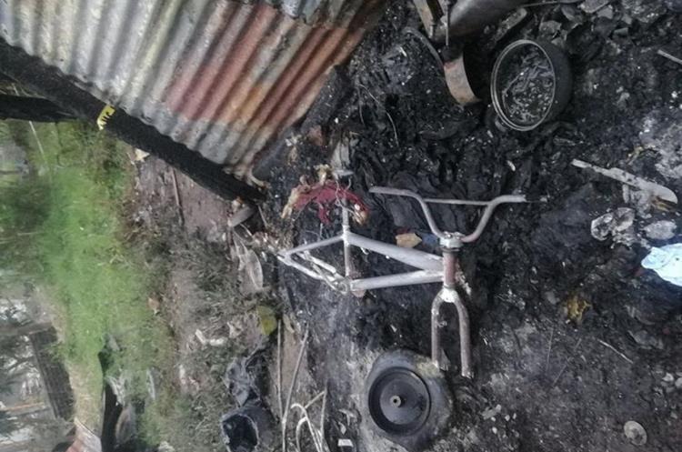 Una bicicleta quedó destruida y pertenece a la niña de 7 años que sobrevivió al incendio. Los padres de los menores no se encontraban cuando ocurrió el siniestro. (Foto Prensa Libre: Mario Morales)