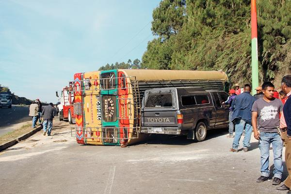 El autobús obstruye el paso en el km 167 de la ruta Interamericana, Nahualá, Sololá. (Foto Prensa Libre: Ángel Julajuj).