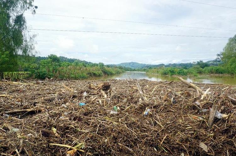 Toneladas de escombros se juntaron sobre el puente Jubuco en Los Amates Izabal que ha sido afectado por las inundaciones