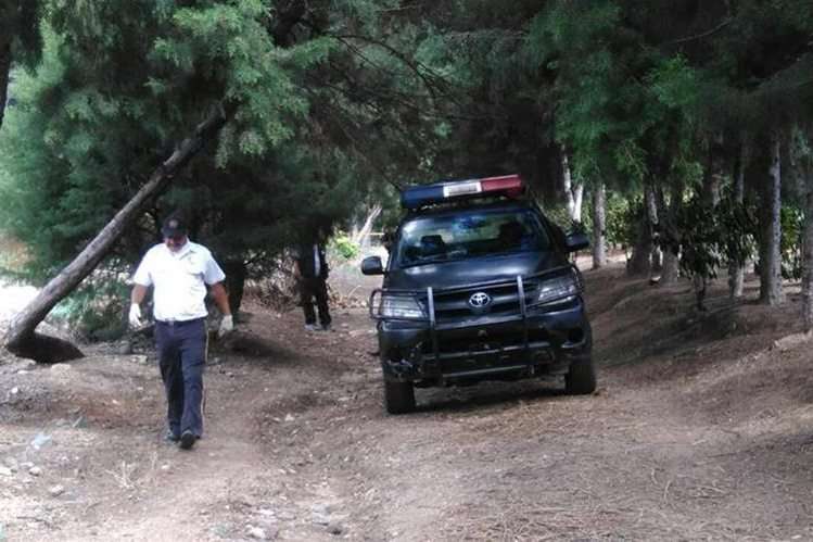 Área donde fue encontrado el cuerpo de un hombre sin identificar de aproximadamente 25 años. (Foto Prensa Libre: Érick Ávila)