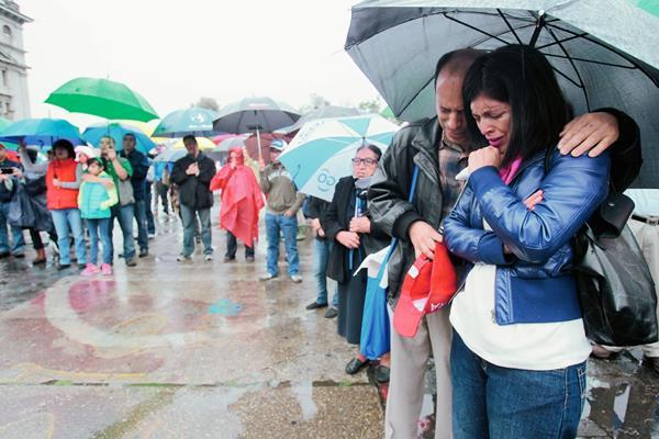 Un grupo de cristianos se reunieron este sábado en la Plaza de la Constitución para orar por Guatemala. (Foto Prensa Libre: Paulo Raquec)