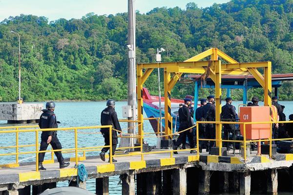 La Policía de iIndonesia se dirige a la cárcel de máxima seguridad. (Foto prensa Libre: AFP)