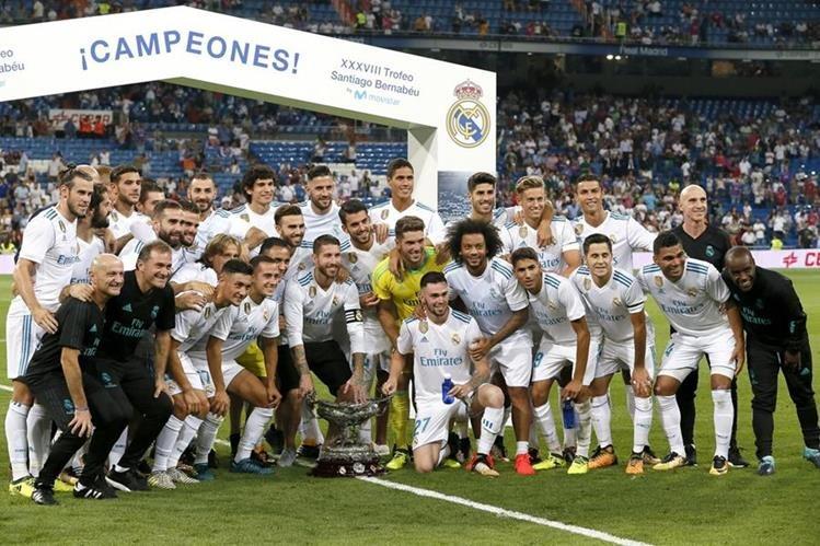 Los jugadores posan con el trofeo Santiago Bernabéu que ganaron frente a la Fiorentina. (Foto Prensa Libre: EFE)