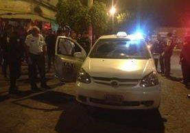 Taxi atacado a balazos en la zona 3 capitalina. (Foto Prensa Libre: Bomberos Voluntarios).