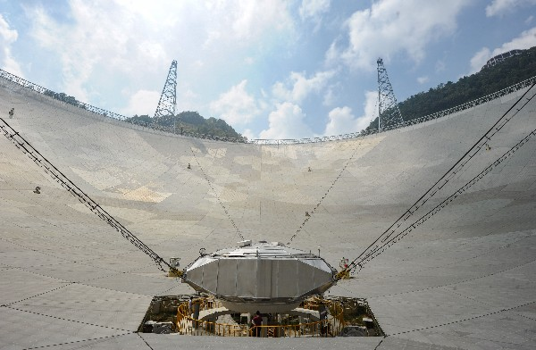 Un grupo de trabajadores da los ultimos acabados en el centro del Telescopio. (AFP).