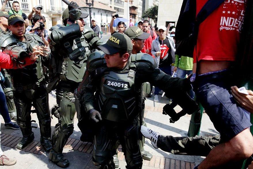 Policías se enfrentan a manifestantes en Bogotá, Colombia, por políticas económicas lesivas. (Foto PL: EFE)