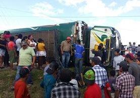 Autobús queda volcado en Jalapa, donde un menor murió. (Foto Prensa Libre: Hugo Oliva)