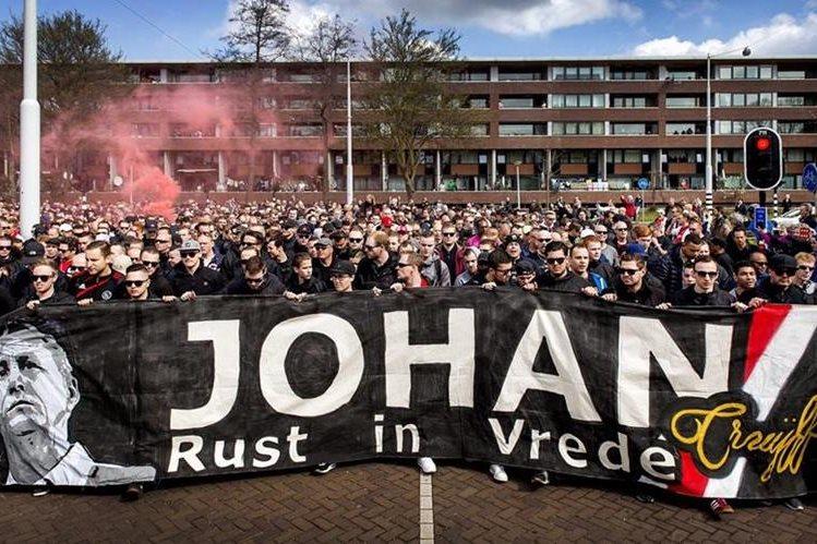Los aficionados mostraron su admiración y respeto a Johan en una caminata homenaje. (Foto Prensa Libre: EFE)