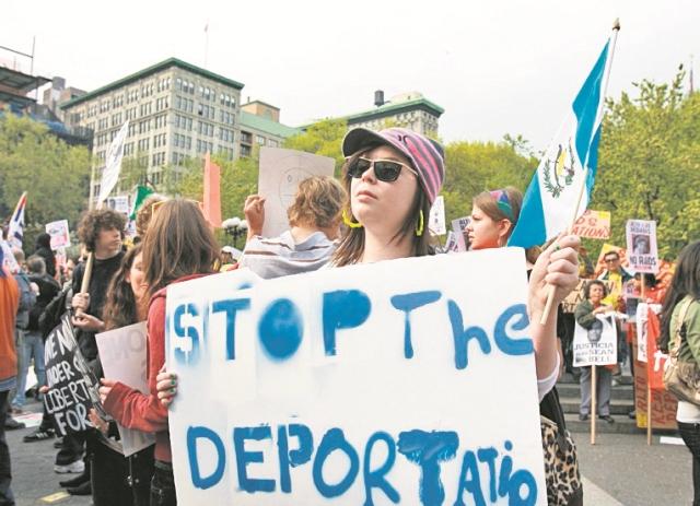 """Una guatemalteca muestra un cartel con el mensaje """"alto a las deportaciones"""", durante una protesta en EE. UU. (Foto Prensa Libre: Hemeroteca PL)"""