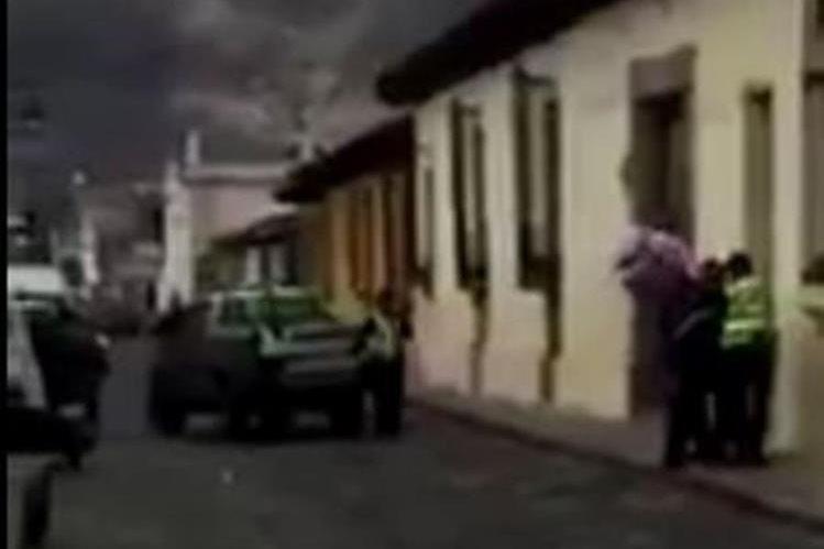 Varios agentes ediles quitan la mercadería al vendedor y la llevan a un picop para su decomiso.