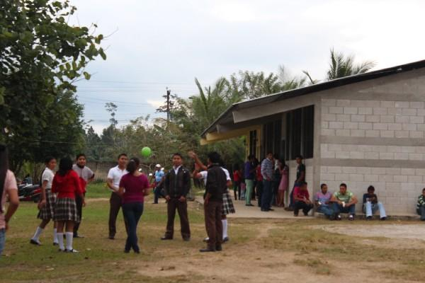Estudiantes   del Instituto  de Educación Básica   de Poptún, Petén, juegan  ante la falta de docentes.
