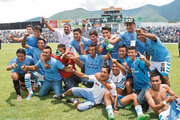 Jugadores del equipo luciano festejan en la grama del estadio Pensativo, luego de haber vencido 2-0 a Bárcena FC y logrado el ascenso de la Segunda a la Primera División.