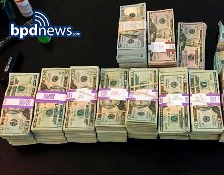 Parte de los dólares que MacCausland encontró en su taxi y que devolvió. (Foto Prensa Libre: AP).