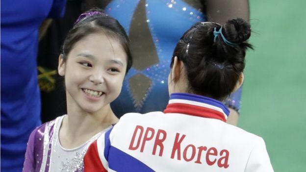 Las gimnastas se encontraron durante las rondas de clasificación en las pruebas individuales de los juegos en Río. (AP)
