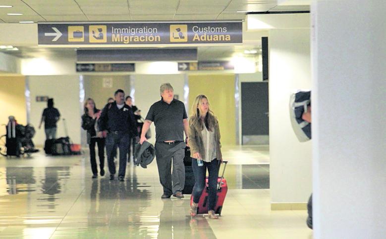 Pasajeros que ingresan al país denuncias abusos de empleados de migración, indica la PDH (Foto Prensa Libre: Hemeroteca PL)