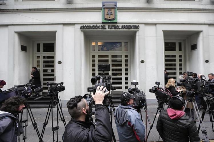 Periodistas esperan a las afueras del edificio de la AFA que fue intervenida este viernes por la FIFA. (Fotoo Prensa Libre: AP)