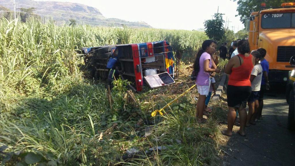 Autobús accidentado quedó a la orilla de la ruta en Escuintla. (Foto Prensa Libre: Enrique Paredes).