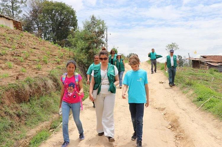 Mónica y su hijo acompañan a Sandra al colegio. Foto Prensa Libre: Héctor Cordero.