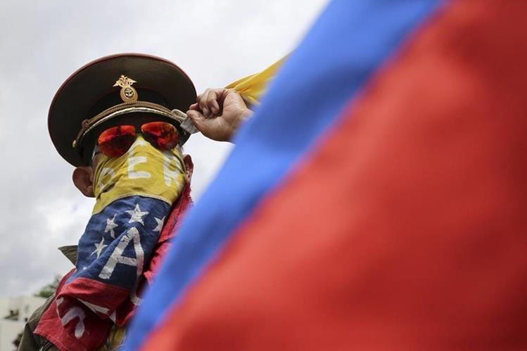 Un manifestante disfrazado de militar protesta en Caracas. (Foto Prensa Libre: AP)