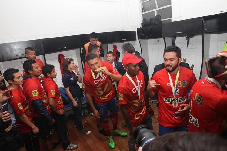 La fiesta escarlata continúa este domingo, después de ganar el título en el Clausura 2017. (Foto Prensa Libre: Norvin Mendoza)